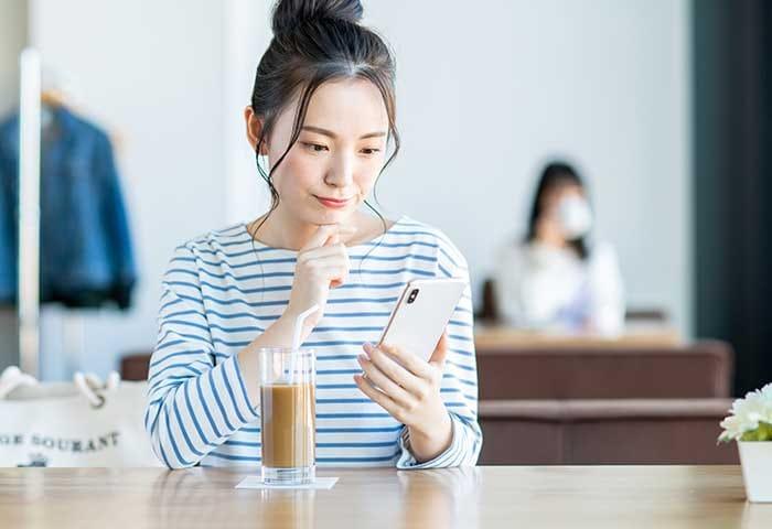 メッセージアプリでのやりとりする女性